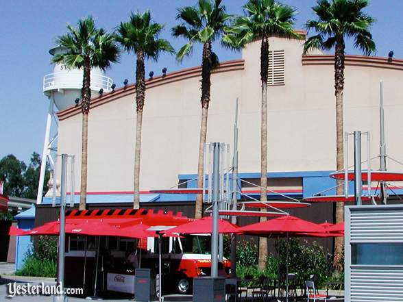 Photograph of exterior of former Hollywood & Dine